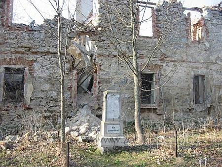 Budova školy v Pohoří na Šumavě před úplným zánikem na snímcích z let 1991 a 2003