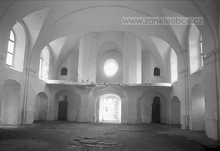 Interiér kostela v Pohořní na snímku z roku 1991