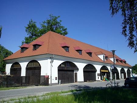 Lannova loděnice na Vltavském nábřeží, hned vedle rodného domu
