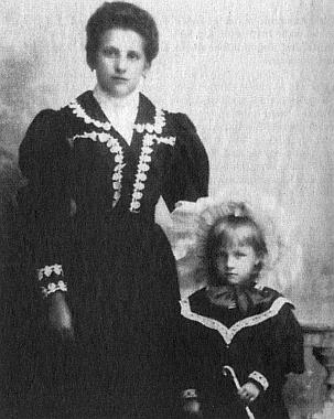 Jeho matka Anna se starší Karlovou sestrou Marií