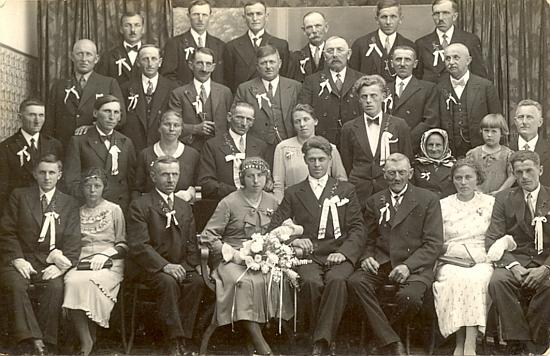 Zde ho vidíme ve druhé řadě zcela vpravo na svatbě Resi Ossovsky, provd. Čadek, v Raveni