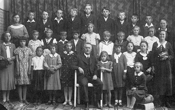Pan učitel Lassek se svými žáky roku 1936