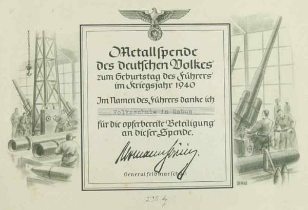 Tímto listem, vloženým do školní kroniky, děkuje generál polní maršál Göring obecné škole v Raveni za sběr kovů k Vůdcovým narozeninám v roce 1940, tedy už po Lassekově odchodu do Kaplice