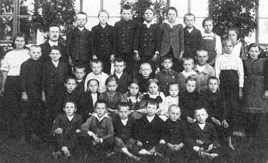 Tady je pan učitel Lassek se svými žáky v Raveni zachycen na snímku někdy z roku 1922 nebo 1923