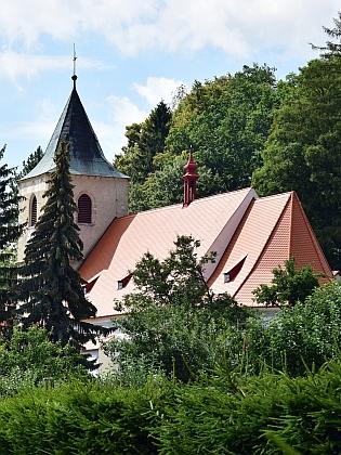 Nezvyklý pohled na hornoplánský kostel sv. Markéty zpoza fary