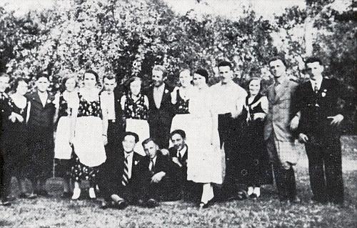 Meclovská mládež na hospodské zahradě v roce 1937