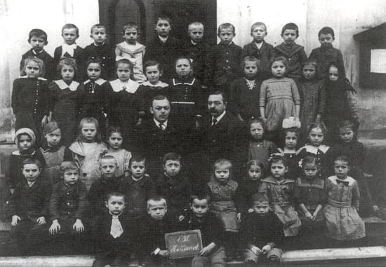Na snímku z roku 1923 je pan řídící učitel Leberl zachycen uprostřed svých žáků (sedícínapravo)