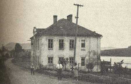 Škola ve Všerubech na snímku z roku 1964