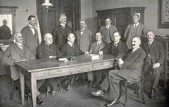S profesorským sborem německého učitelského ústavu v Českých Budějovicích (stojící první zprava, vedle něho vlevo Rudolf Kubitschek, prvý zleva sedí Rudolf Hoschek, druhý zleva Laurenz Niescher a třetí zleva hned vedle Friedrich Blumentritt)