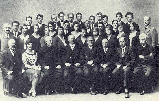 Tady sedí čvrtý zprava mezi členy profesorského sboru německého učitelského ústavu v Českých Budějovicích, školní rok 1930, druhá zleva je tu v prvé řadě i Constance Kolaczeková, provd. Sedlmeyerová, a vedle ní třetí zleva P. Laurenz Niescher