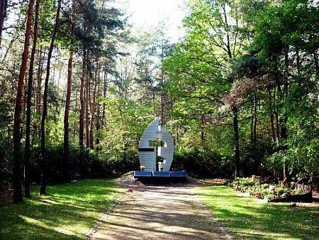 Dva památníky na místě koncentračního tábora Jaworzno / Neu Dachs