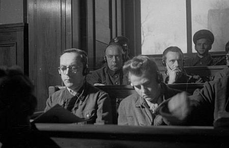 Záběr na obžalované příslušníky SS v krakovském procesu v roce 1947