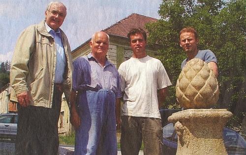 Ve Vyšším Brodě při práci druhý zleva na snímku z roku 2006 s jednatelem Spolku pro obnovu kláštera VyššíBrod Klausem Zerbsem a dvěma českými dělníky