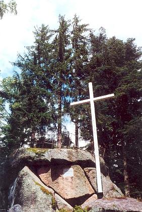 Kříž na Kraví hoře u Vyššího Brodu byl na skále instalován z iniciativy Wernera Lehnera