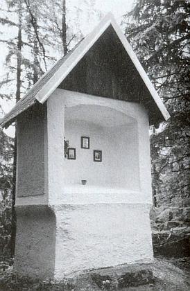 """Výklenková kaple, zvaná """"Bergmarter"""", stojící u zaniklého Pošláku, obnovená jeho zásluhou i s votivním obrazem poutníků, zasažených bleskem cestou kMaria Rast"""