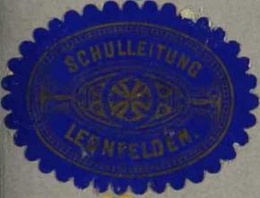 Nálepka vedení školy v Leonfelden, jak se zachovala v kronice někdejší školy v Kyselově, který je dnes součástí Vyššího Brodu