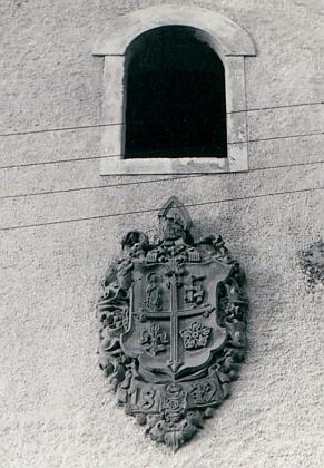 Znak cisterciáckého kláštera Vyšší Brod na průčelí hospodářského dvora ve Hrudkově