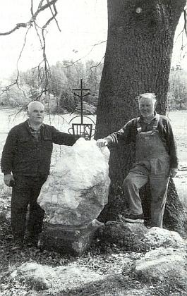 S kovářem Františkem Myslivcem u zaniklého Žumberka při Rožmberku nad Vltavou, kde na křemenném balvanu vsadili kříž u staré lípy
