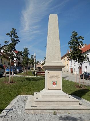 Dvě podoby památníku pašijových her v Hořicích na Šumavě na snímcích z let 2011 a 2018 (viz i Johann Wiltschko)