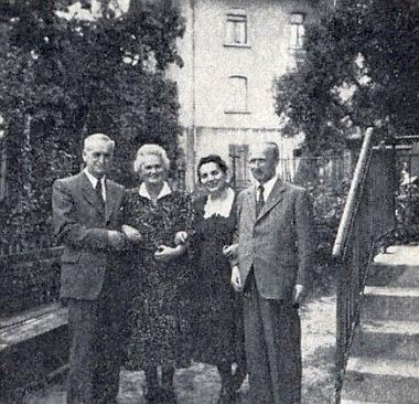 Zleva na tomto snímku, pořízeném 5. července 1953 v bádensko-württemberském městě Sigmaringen,     stojí školní rada Raimund Widtmann se ženou a vpravo od nich Hedwig a Franz Leitermannovi