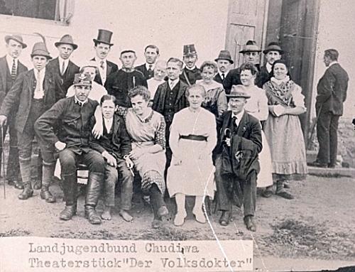 Venkovská mládež v Chudeníně kolem roku 1920 s ním v první řadě vpravo s kloboukem