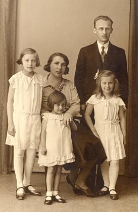 Rodina Hedwig a Franze Leitermannových s dcerami Elfriede (*1923), Irmgard (*1926) a Johannou (*1929) na snímku z roku 1934