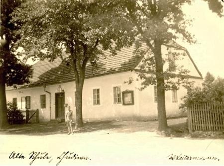 Škola v Chuděníně s učitelským bytem, kde vyrůstal se svými sedmi sourozenci v rodině řídícího     učitele Wolfganga Leitermanna (1862-1934) a jeho ženy Kathariny, roz Breiové