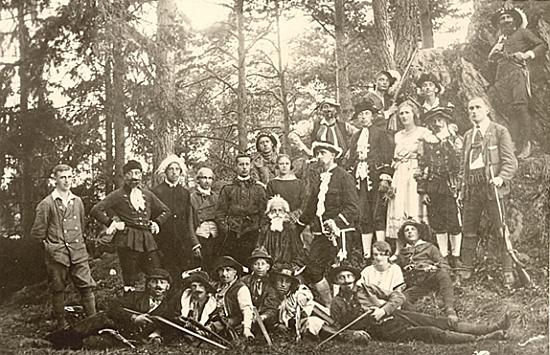 """Snímek z uvedení Schillerovy hry """"Loupežníci"""" na Lesní scéně (Waldbühne) v Nýrsku roku 1925 ho zachycuje stojícího čtvrtého zleva"""