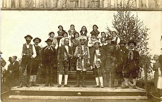 """Tady stojí vpravo od """"císaře Josefa II."""" na snímku, zachycujícím představitele rolí ve hře """"Obrigkeitliches Gericht"""", tj. """"Vrchnostenský soud"""", inscenované v Nýrsku zřejmě s texty Hanse Multerera 12. září roku 1920"""