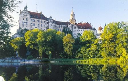 Zámek Sigmaringen, kde pracoval pro rod Hohenzollernů i po válce a odsunu a v zámeckém archivu bádal také o českých jeho rodových majetcích