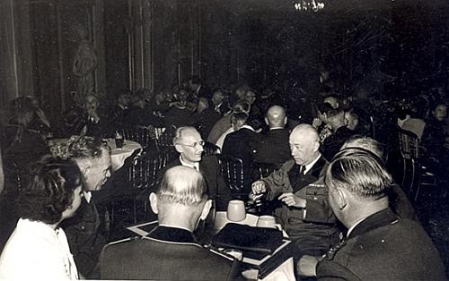 Vidíme ho tu vlevo uprostřed při oslavě šedesátin knížete Friedricha von Hohenzollern (1891-1965) v srpnu roku 1951