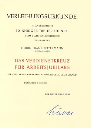 Listina k propůjčení záslužného kříže za padesátiletou zaměstnaneckou věrnost, kterou podepsal Heinrich Lübke, německý spolkový prezident (byl ve funkci v letech 1959-1965)