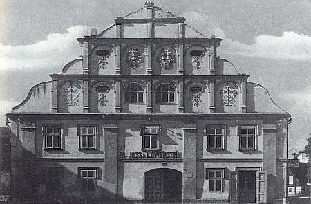 """Tzv. """"vrchnostenský hostinec"""" v Nýrsku na snímku z doby kolem roku 1923, kdy v něm měla firma Joss & Löwenstein filiálku své pražské výrobny prádla"""