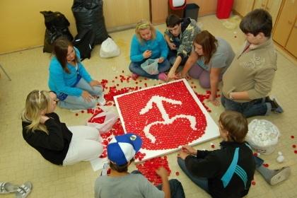 Žáci Základní školy T. G. Masaryka v rodném Bílovci, založené roku 1922 pro tehdejší místní českou menšinu, vyrábějí znak města (škola má jako celý Bílovec partnerské vztahy se školou v bavorském městě NeustadtanderSaale)