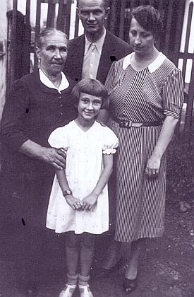 Sedmiletá s rodiči a s jednou ze svých dvoučeskýchbabiček