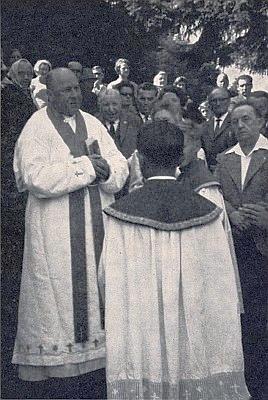 Při odhalení Ganglovy pamětní desky vSchöneben stojí napravo od děkana Franze Lorenze