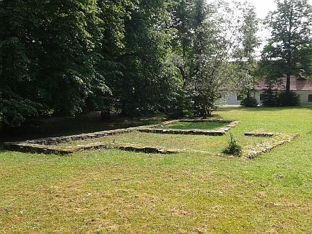 Žižkův dvorec v Trocnově - obrys základů statku, ze kterého údajně Jan Žižka pocházel