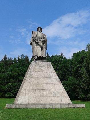 Památník, jehož autorem je Josef Malejovský