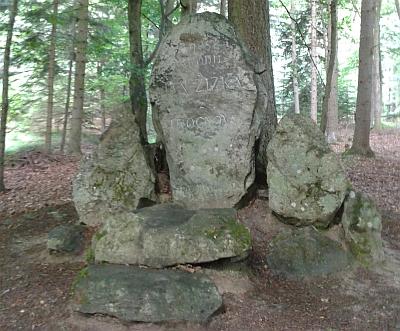 Pamětní kámen na místě původního Žižkova dubu, kde se vojevůdce podle pověsti narodil