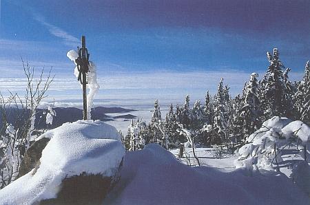 Vrcholový kříž na Svarohu v zimním hávu