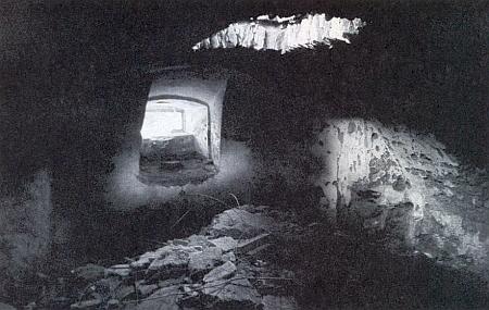 Interiér zdevastované rodinné hrobky Abeleů na snímku Viléma Kudrličky z roku 1992 (viz i Georg Ch. Abele)