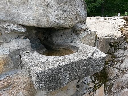 Ze zničeného kostela se zachovala kropenka