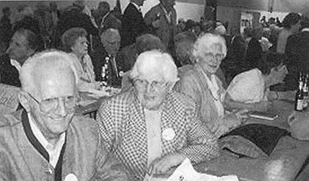 O Sudetoněmeckém dni v Norimberku roku  2002 sedí druhá zleva mezi krajany z někdejších Vitěšovic a okolí