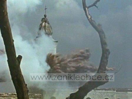 Čtyři záběry z filmu Poslušně hlásím (1957), zachycující odstřel kostela v její farní obci Vitěšovice (viz i Anton Neubauer)