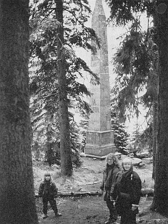 S dcerou a vnučkou u Stifterova památníku nad Plešným jezerem v listopadu 1990