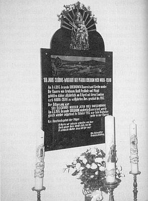 Pamětní deska zaniklé farnosti Vitěšovice na stěně poutního kostela v Kájově, kam se konaly v letech 1885-1945 každoročně vitěšovické poutě (1885 i 1945 farní osada vyhořela a byla znovu postavena, naposledy těsně před vyhnáním)