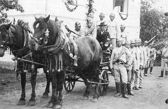 Na snímku, který poslala do redakce Glaube und Heimat, je zachycen vitěšovický hasičský sbor roku 1930, kdy slavil jubileum svého vzniku - budova v pozadí je zdejší fara nebo škola