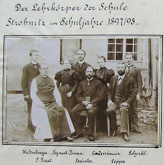 Adalbert Leppa jako učitel v Horní Stropnici zde sedí první zprava vedle ředitele školy, jímž byl Franz Steinko, zcela     nalevo stojí tehdy mladičký učitelský začátečník Johann (Hans) Waltenberger (viz i Axel Sedlmeyer a Bruno Karlez)