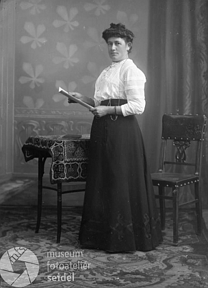 Na snímku ze Seidelova fotoateliéru z prosince 1908, psaném na jméno a adresu Leppa, Gojau, by mohla být dceraMarie