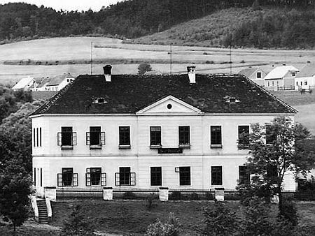 Původní podoba kájovské školy, postavené v roce 1888